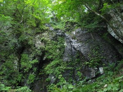 黒い大きな岩盤